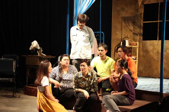 Giấc mơ lóng lánh từ hẻm nhỏ Sài Gòn của sân khấu 5B - Ảnh 1.