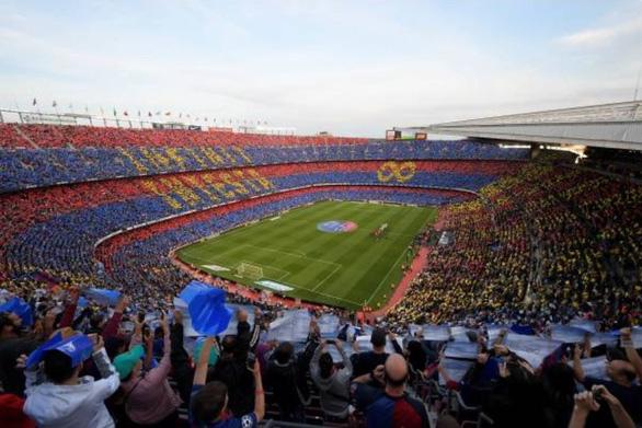 Nou Camp xúc động chia tay Iniesta - Ảnh 1.
