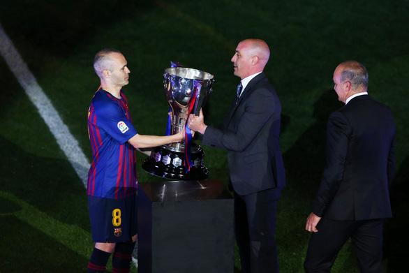 Nou Camp xúc động chia tay Iniesta - Ảnh 4.