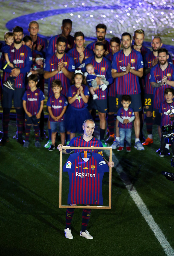 Nou Camp xúc động chia tay Iniesta - Ảnh 5.