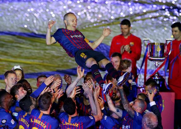 Nou Camp xúc động chia tay Iniesta - Ảnh 6.