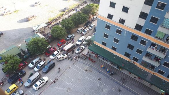Công an giải tỏa bãi xe, hàng ngàn dân chung cư náo loạn - Ảnh 1.