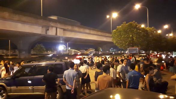 Công an giải tỏa bãi xe, hàng ngàn dân chung cư náo loạn - Ảnh 4.