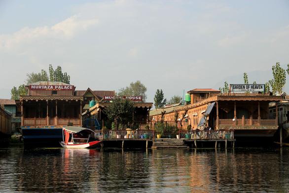 Ở nhà thuyền tại Srinagar - Venice của Ấn Độ - Ảnh 3.