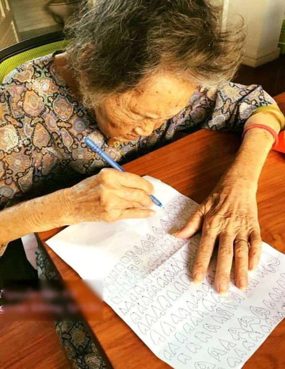 Dân mạng say mê câu chuyện cụ bà vẽ ngàn trái tim cho chồng - Ảnh 1.
