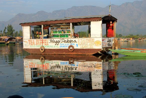 Ở nhà thuyền tại Srinagar - Venice của Ấn Độ - Ảnh 7.
