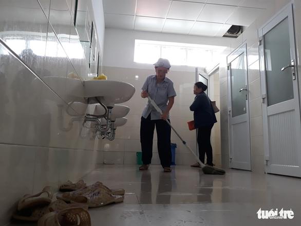 Bệnh viện bỏ mặc người lao công, khó có nhà vệ sinh sạch? - Ảnh 1.