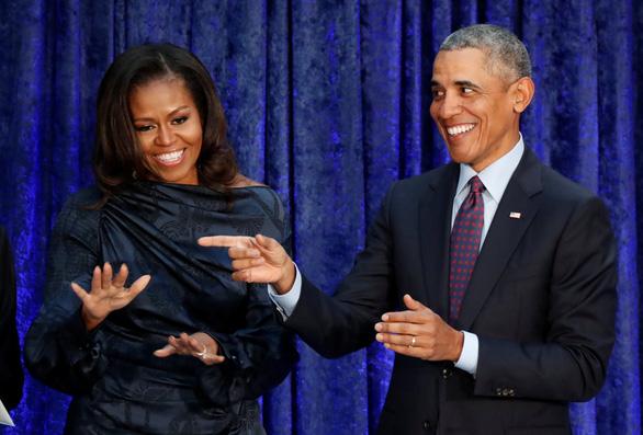 Hồi ký của bà Obama bán 2 triệu bản trong hai tuần - Ảnh 1.