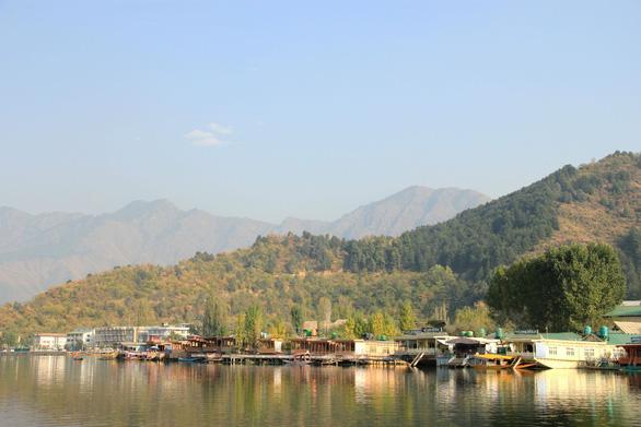 Ở nhà thuyền tại Srinagar - Venice của Ấn Độ - Ảnh 1.
