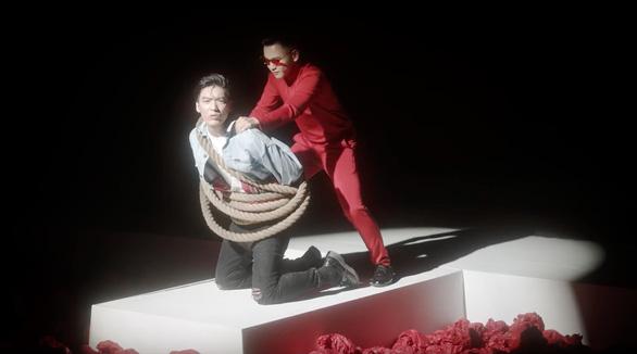 Chi Pu ra mắt MV chính thức của Đoá hoa hồng - Ảnh 8.