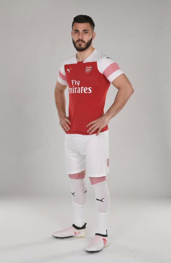 Sao Arsenal mặc... ngược quần lúc ra mắt áo đấu mùa mới - Ảnh 1.