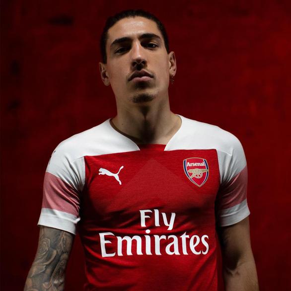 Sao Arsenal mặc... ngược quần lúc ra mắt áo đấu mùa mới - Ảnh 5.