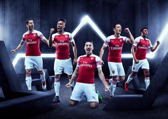 Sao Arsenal mặc... ngược quần lúc ra mắt áo đấu mùa mới - Ảnh 3.