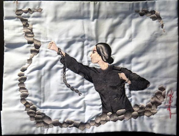 Nữ chiến sĩ ngồi tù thêu thơ lên áo gối - Ảnh 3.