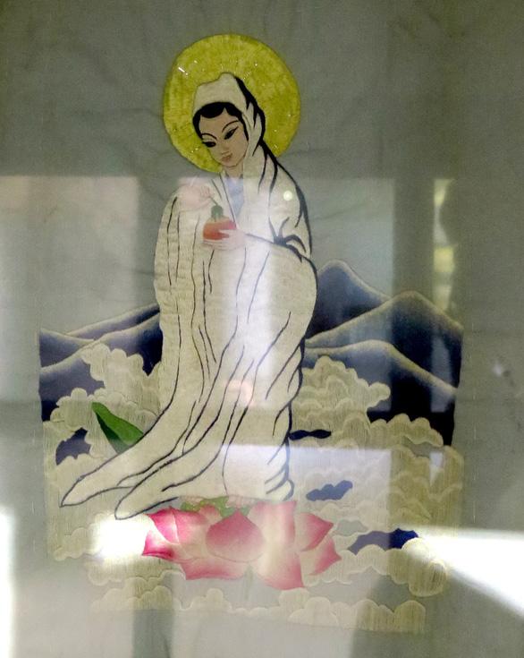 Nữ chiến sĩ ngồi tù thêu thơ lên áo gối - Ảnh 2.