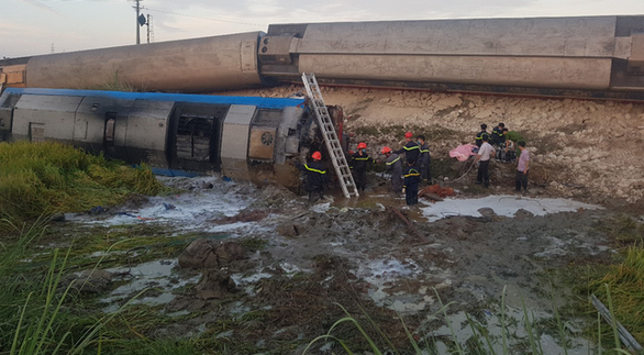 Tàu hỏa chở 400 hành khách lật khi tông xe tải, 2 người chết - Ảnh 1.