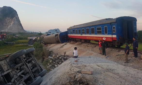 Tàu hỏa chở 400 hành khách lật khi tông xe tải, 2 người chết - Ảnh 4.