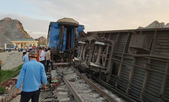 Tàu hỏa chở 400 hành khách lật khi tông xe tải, 2 người chết - Ảnh 6.