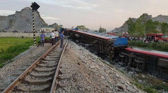Tàu hỏa chở 400 hành khách lật khi tông xe tải, 2 người chết - Ảnh 7.