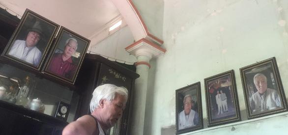 Ông bố xì tin tự chụp hình rồi treo khắp nhà - Ảnh 2.