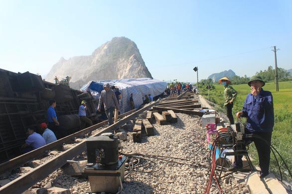 Khởi tố hai nhân viên gác chắn vụ lật tàu hỏa tại Thanh Hóa - Ảnh 1.