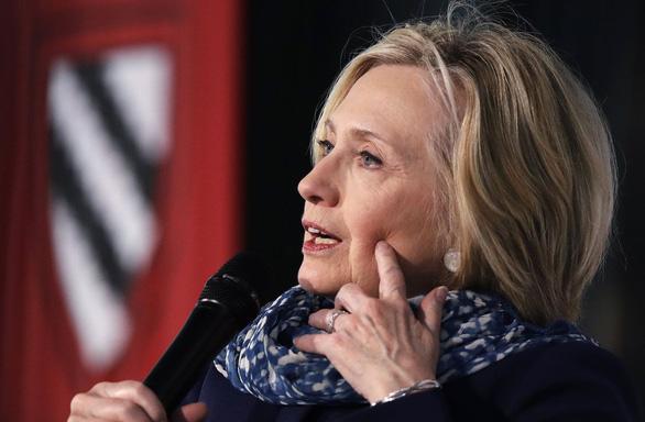 Bà Hillary Clinton cảnh báo nền dân chủ Mỹ đang khủng hoảng - Ảnh 1.
