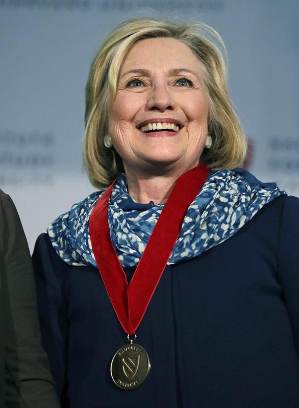 Bà Hillary Clinton cảnh báo nền dân chủ Mỹ đang khủng hoảng - Ảnh 2.