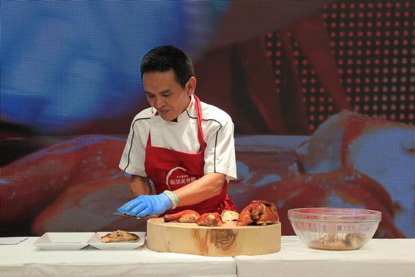 Cuối tuần thưởng thức cơm gà Singapore đạt chuẩn Michelin - Ảnh 1.