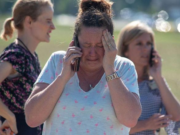 Thầy giáo Mỹ xô ngã kẻ xả súng trong trường cứu học trò - Ảnh 1.