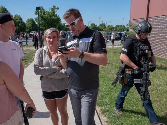 Thầy giáo Mỹ xô ngã kẻ xả súng trong trường cứu học trò - Ảnh 2.