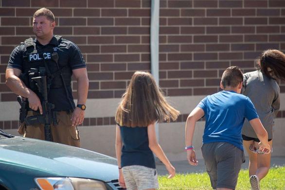 Thầy giáo Mỹ xô ngã kẻ xả súng trong trường cứu học trò - Ảnh 3.