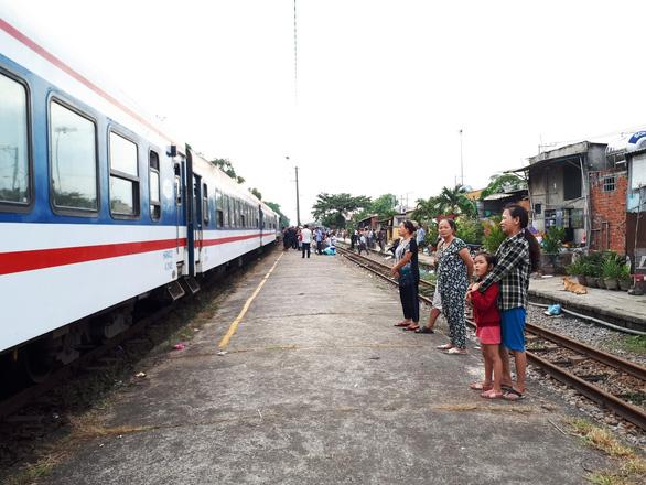 Đường sắt thông tuyến sau vụ hai tàu hàng tông nhau ở Quảng Nam - Ảnh 4.