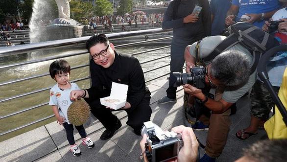 Dân Singapore ngạc nhiên thấy Kim Jong Un khoe quả sầu riêng - Ảnh 3.