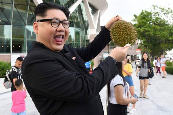 Dân Singapore ngạc nhiên thấy Kim Jong Un khoe quả sầu riêng - Ảnh 1.