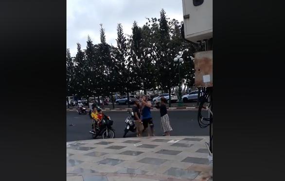Người đàn ông đánh cô gái xếp re khi bị ông Tây lôi đi - Ảnh 3.