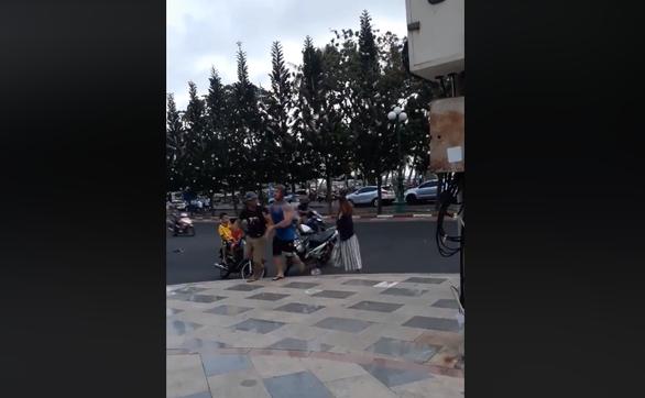Người đàn ông đánh cô gái xếp re khi bị ông Tây lôi đi - Ảnh 4.
