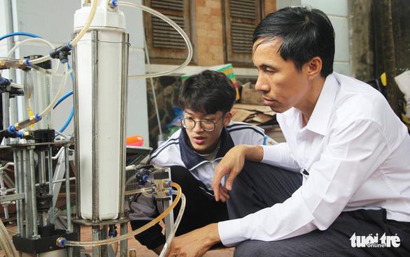 Nam sinh Nghệ An làm thủ tục cấp visa lần 3 sang Mỹ thi khoa học - Ảnh 1.