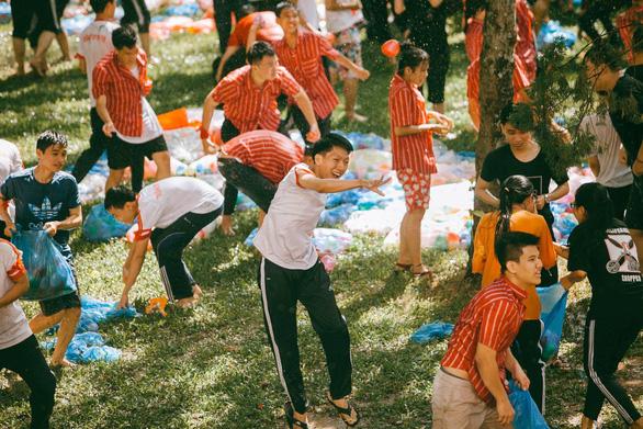 Đại chiến bóng nước ngày bế giảng của teen Kon Tum - Ảnh 4.