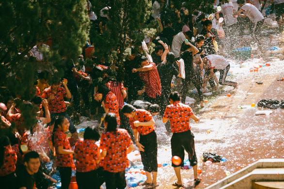Đại chiến bóng nước ngày bế giảng của teen Kon Tum - Ảnh 7.