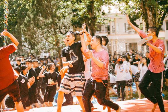 Đại chiến bóng nước ngày bế giảng của teen Kon Tum - Ảnh 2.