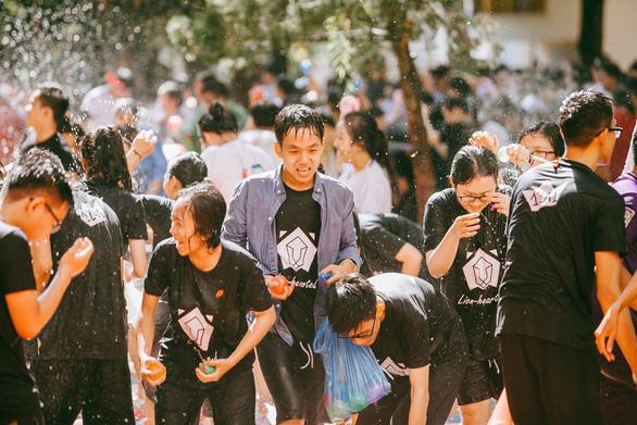 Đại chiến bóng nước ngày bế giảng của teen Kon Tum - Ảnh 3.