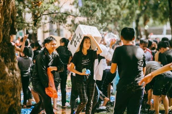 Đại chiến bóng nước ngày bế giảng của teen Kon Tum - Ảnh 9.