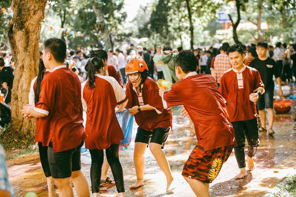 Đại chiến bóng nước ngày bế giảng của teen Kon Tum - Ảnh 10.