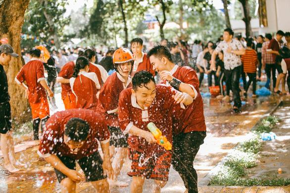Đại chiến bóng nước ngày bế giảng của teen Kon Tum - Ảnh 11.