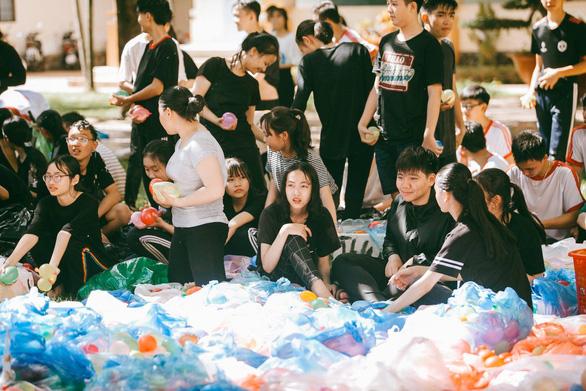 Đại chiến bóng nước ngày bế giảng của teen Kon Tum - Ảnh 13.