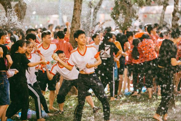 Đại chiến bóng nước ngày bế giảng của teen Kon Tum - Ảnh 14.