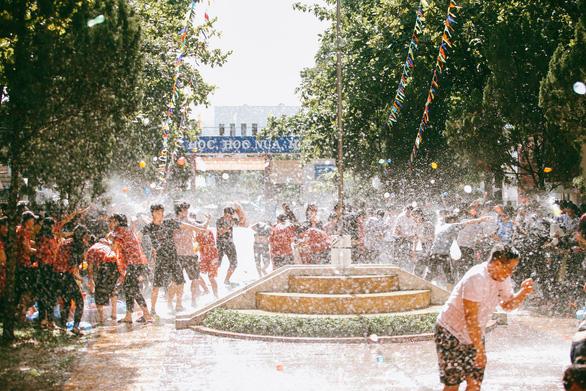 Đại chiến bóng nước ngày bế giảng của teen Kon Tum - Ảnh 15.