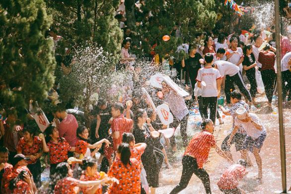 Đại chiến bóng nước ngày bế giảng của teen Kon Tum - Ảnh 17.