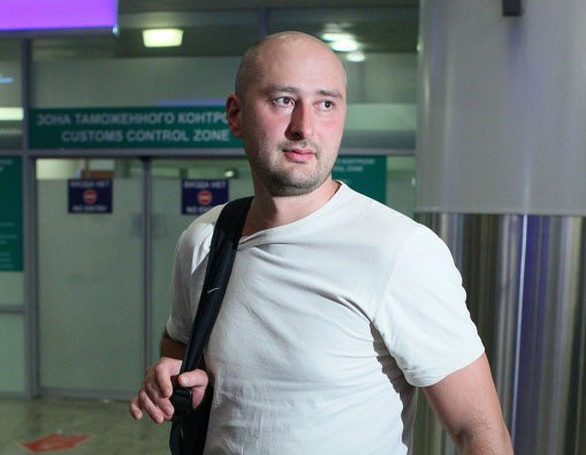 Nhà báo chống Putin bị bắn chết tại Ukraine, hai nước khẩu chiến tưng bừng - Ảnh 1.