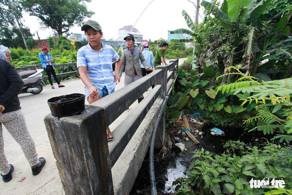 Đoạn kênh giữa khu dân cư bỗng thành kênh nhớt thải - Ảnh 1.